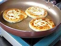6-每隔10秒幫蔥油餅翻面,直到表面煎到呈現漂亮的金黃色為止。.jpg